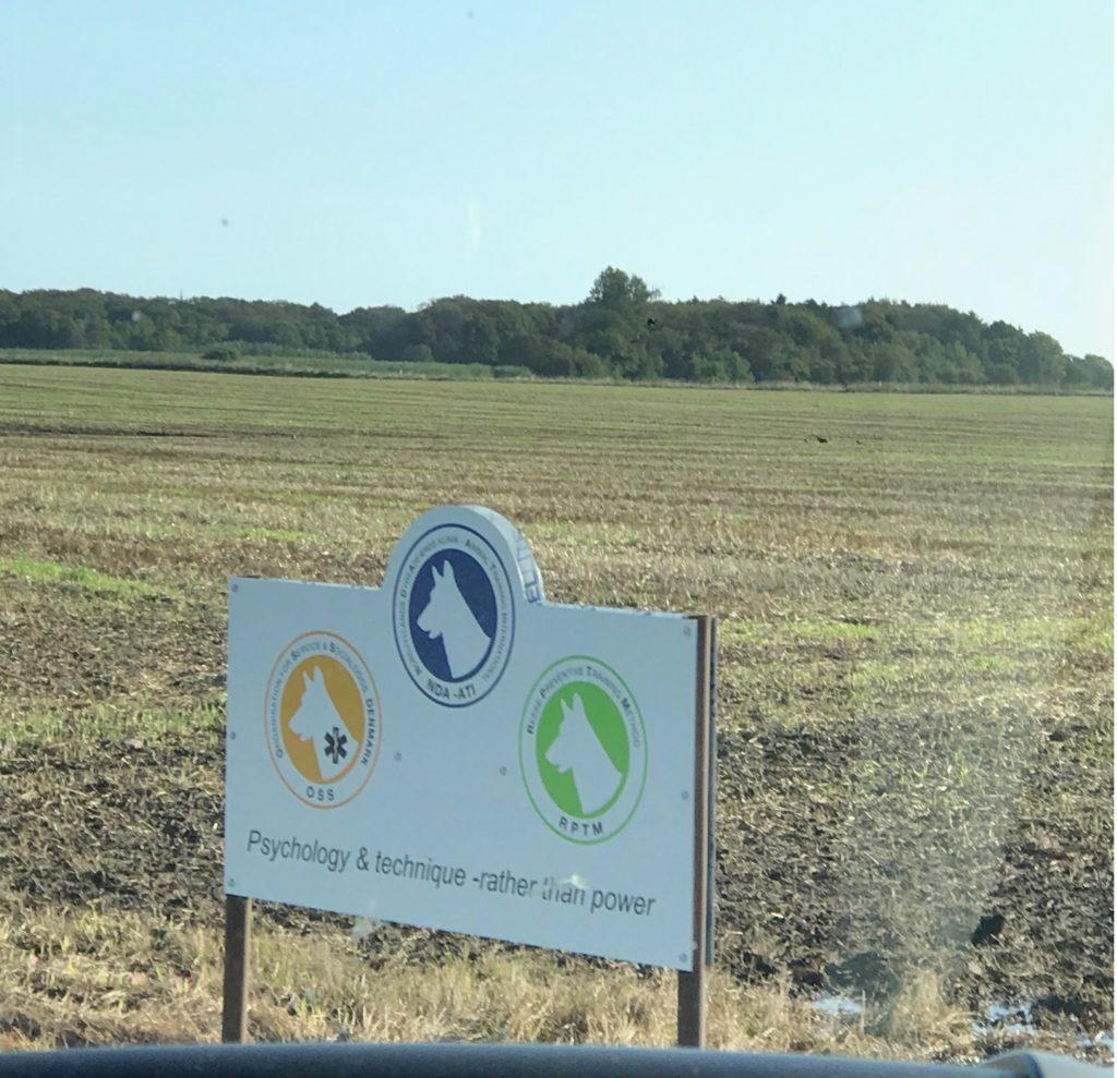 RPTM施設へ続く道の看板・・・田舎だとヴィベケ先生自身がおっしゃいますが・・・のどかな風景です。