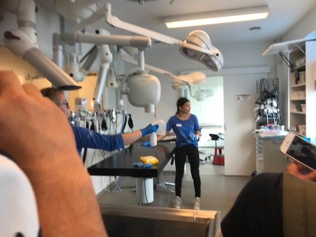 手術室、中央に3台、奥に2台。奥の手術室は細菌感染等に特に注意の必要な手術を行います。